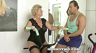 Horny granny bitch shamelessly takes gym trainer dick in mouth and fucks him