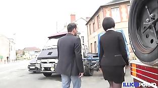Défonce extrême pour la femme du garagiste [Full Video] illicoporno